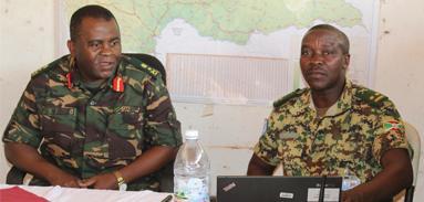 Visite du commandant du secteur centre sur la position de Dékoa.
