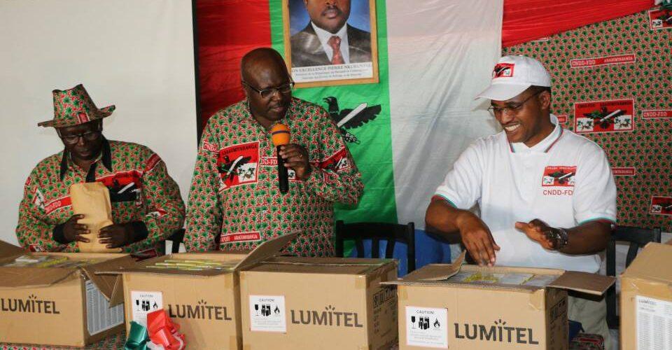 La province de Ngozi compte 298 collines : Le CNDD-FDD a distribué 298 téléphones portables aux 298 chefs collinaires  – Bagumyabanga – de Ngozi pour le référendum constitutionnel de mai 2018.