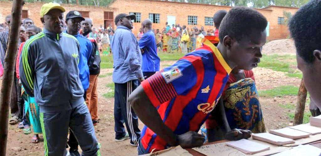 Le Chef d'Etat du Burundi vient de retirer sa carte d'électeur à Mwumba pour le REFERENDUM 2018 du 17 mai
