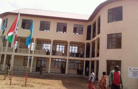 Burundi : Inauguration du nouveau bureau communal de Muramvya, réalisé lors des TDC