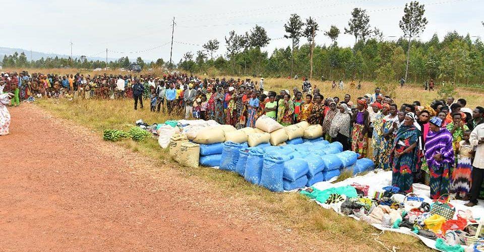 Le Président du Burundi a donné aux nécessiteux de Mwumba à Ngozi : 2t de haricots et 2t de maïs, et 5 Millions Franc Bu