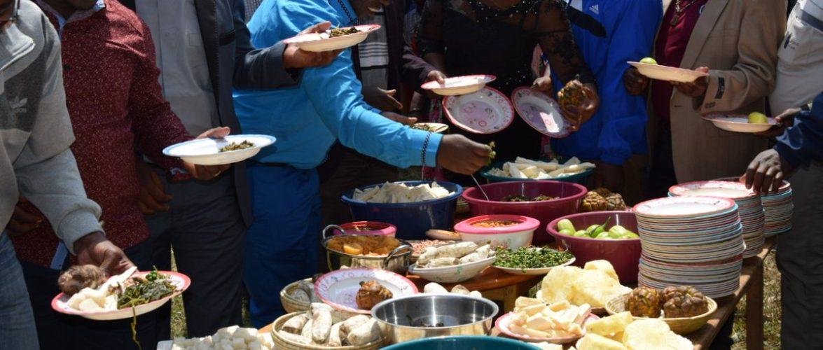 Burundi : Fête Communale  à  Bukinanayana autour d'un repas type de la localité