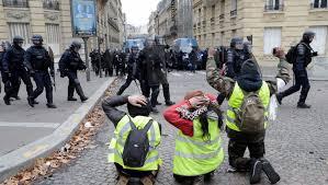"""Les soldats français peuvent ouvrir le feu contre les gilets jaunes : """"Cette mesure donne l'impression d'une dictature"""", selon un militaire belge"""
