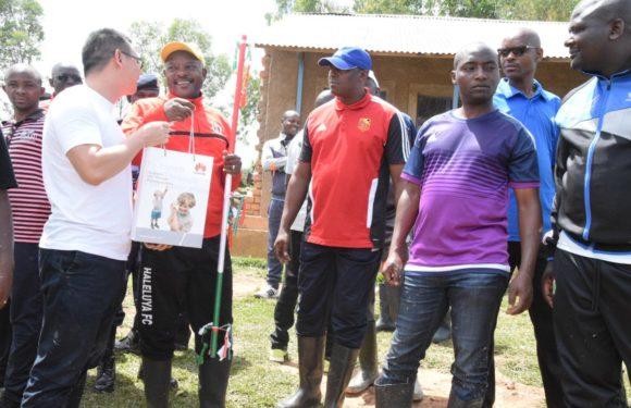 Huawei Burundi donne 200 sacs de ciments pour la construction de l'École Technique Secondaire de Ruyaga,Bururi
