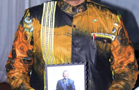 Freddy MBONIMPA, Maire de Bujumbura, vêtu en Samma Collections, MADE IN BURUNDI