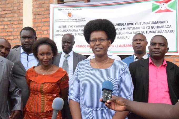 La Ministre en charge des TICs inaugure le télécentre communautaire de Karusi