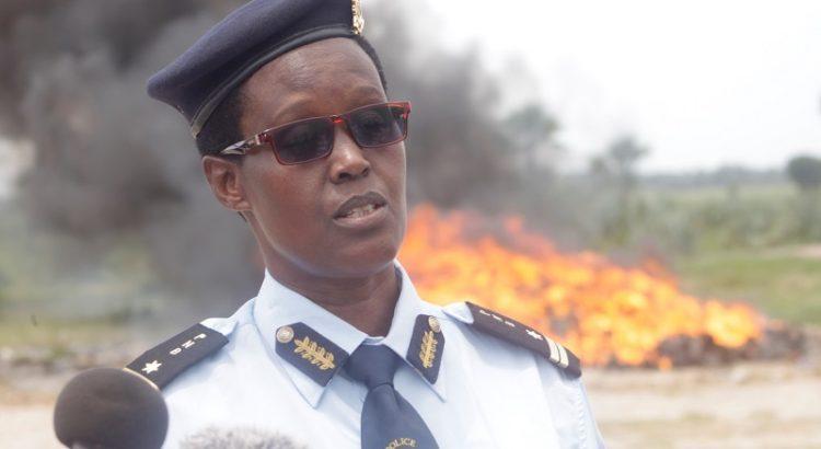 Les effets militaires et policiers devraient être affectés uniquement aux services publics