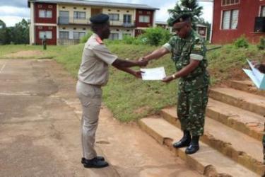 Remise des certificats aux commandants batterie d'artillerie