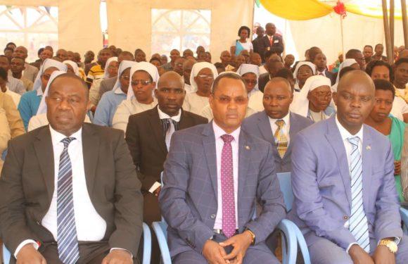 Burundi : Paroisse Rubungu – Cérémonie d'ordination sacerdotale de 9 lecteurs, 10 Acolytes, 8 Diacres et 5 prêtres