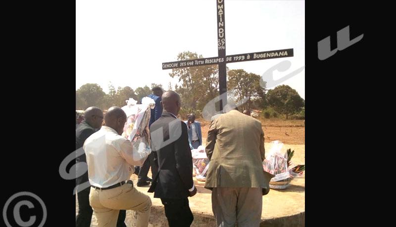 Statégie de la frustration ethnique : Pourquoi maintenant BUGENDANA et le retour au conflit HUTU - TUTU ? Photo : IWACU Dépôt des gerbes de fleurs au monument.