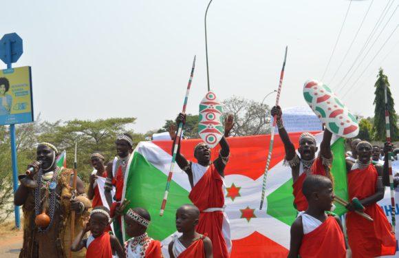 Burundi : 50.000 manifestants défilent avec les Tambourinaires du Burundi contre l'usurpation du – Tambour du Burundi – par le Rwanda