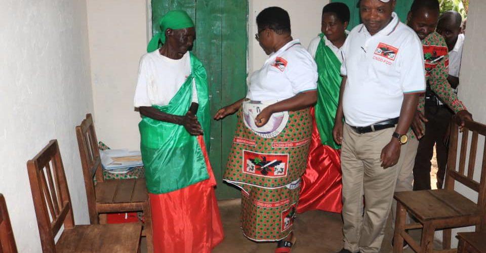 Burundi : La Ligue des femmes du parti CNDD-FDD – ABAKENYERERARUGAMBA – à Muyinga offre 16 maisons aux plus démunis