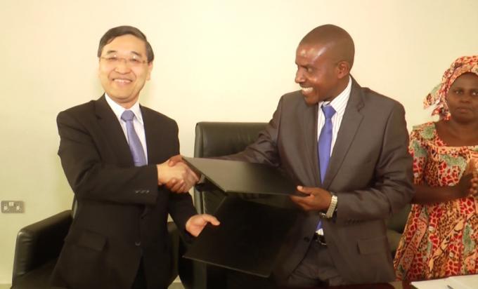 L'Ambassade du Japon accorde un don au Gouvernement du Burundi