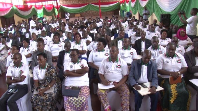 Banque d'investissement des jeunes: les actionnaires signent l'acte constitutif