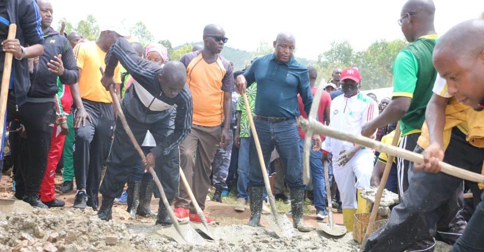 Burundi : GM. NDAYISHIMIYE Evariste, Secrétaire Général du CNDD-FDD, aux travaux communautaires  à Bururi
