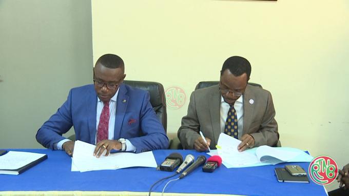 Le FNUAP et le Ministre de la santé publique signent un accord de don
