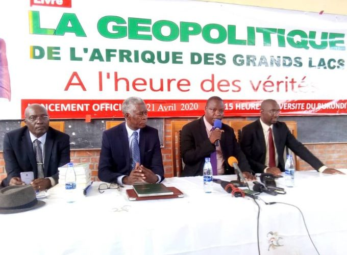 """HAKIZIMANA Déo a présenté son dernier livre à BUJUMBURA : """"La Géopolitique de l'Afrique des Grands Lacs  à l'heure des vérités """" / Burundi"""