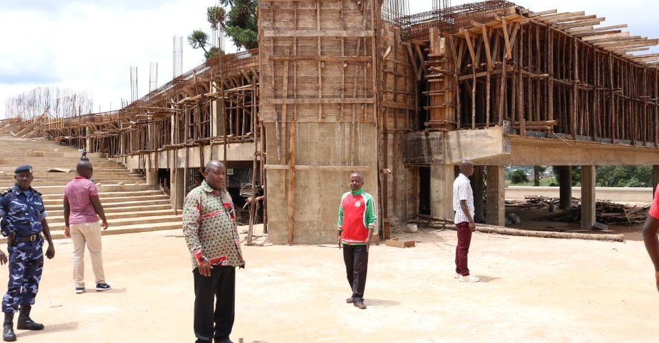 GITEGA : Visite du Temple d'IMANA ou Autel de l'ALLIANCE, IGICANIRO C'ISEZERANO, en construction / Burundi