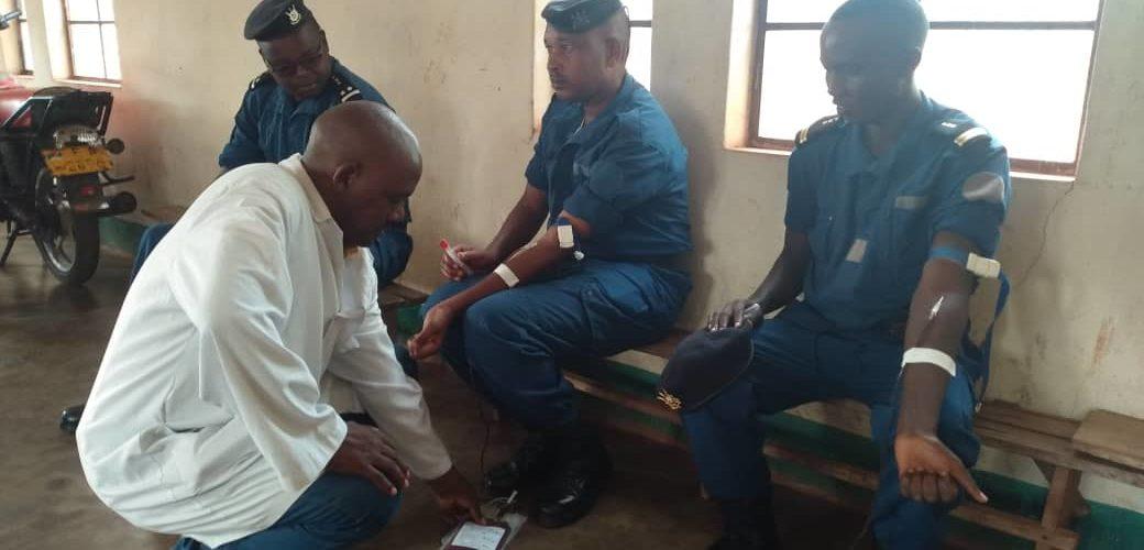 Santé : la Police Nationale du Burundi – PNB de RUTANA fait don de son sang