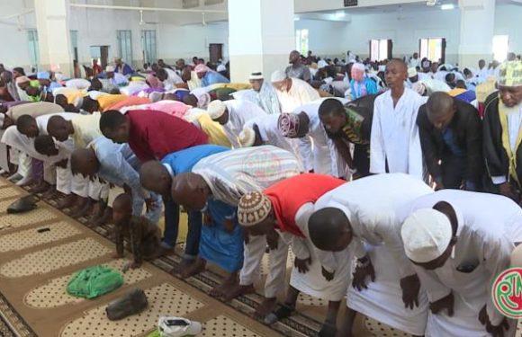 Les musulmans célèbrent la fête de l'Eid Fitri