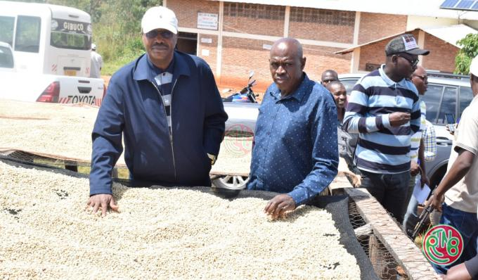 Le ministre en charge de l'agriculture visite les stations de dépulpage du café au centre et au Nord du pays