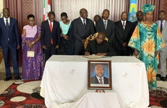G.M. NDAYISHIMIYE signe le livre de Condoléances de Feu NKURUNZIZA / BURUNDI