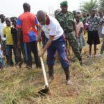 Travaux de Développement Communautaire - Défricher aux abords du palais NTARE RUTSHATSI HOUSE, MUTIMBUZI / BURUNDI