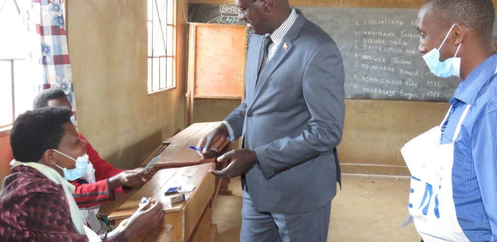 COLLINAIRES 2020 – GASHATSI vote chez lui en colline TEKA, commune MBUYE, MURAMVYA / BURUNDI