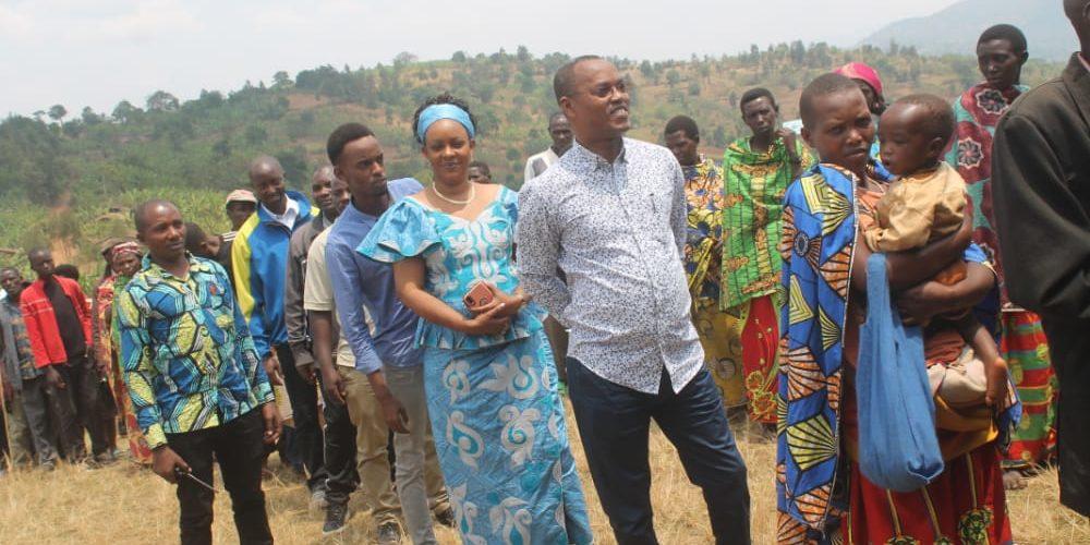 COLLINAIRES 2020 – L'Ombudsman NDUWIMANA vote chez lui en colline BUSINDE, commune GAHOMBO, KAYANZA / BURUNDI