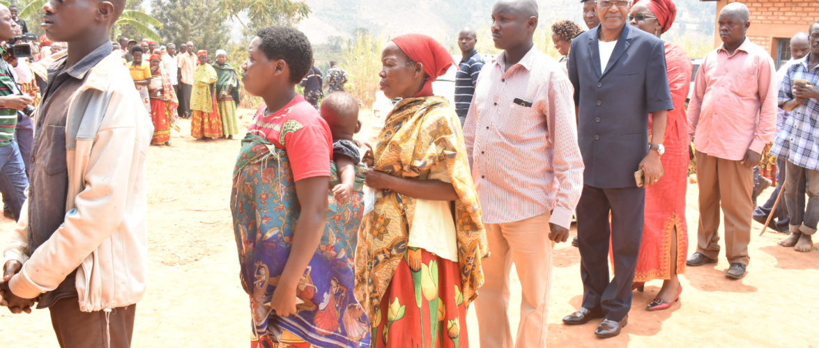 COLLINAIRES 2020 – NDABIRABE vote chez lui en colline RUVUMU, commune MATONGO, KAYANZA / BURUNDI
