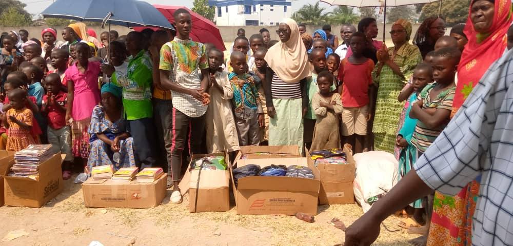 La coopérative KURA BIBONDO donne du matériel scolaire aux enfants défavorisés de RUMONGE / BURUNDI
