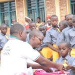 La PREMIERE DAME vient en aide aux élèves d'une école à NGOZI / BURUNDI