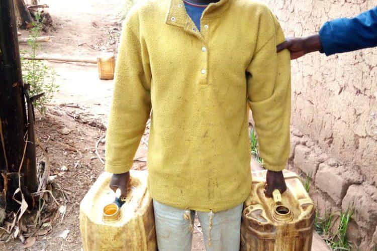 La police a saisi 65 litres d'un alcool frelaté appelé UMUNANASI, MWARO / BURUNDI