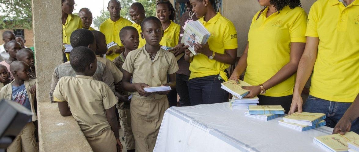 SOCIETE CIVILE DU BURUNDI : RISE FOR AFRICA fait de la fourniture scolaire à MUTIMBUZI,  BUJUMBURA