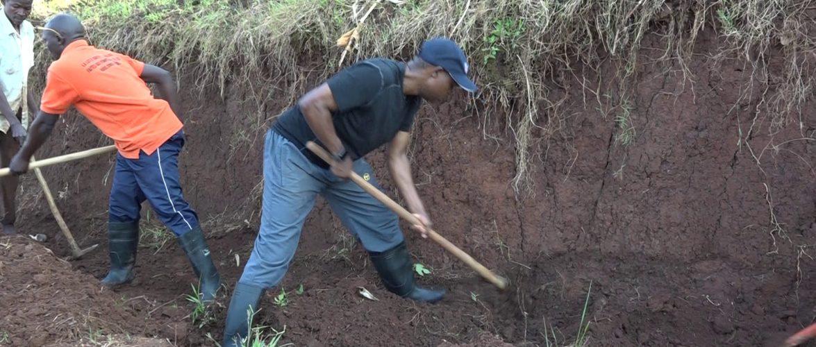 TRAVAUX DE DEVELOPPEMENT COMMUNAUTAIRE  : Tracer un caniveau sur une route à ISARE, BUJUMBURA / BURUNDI