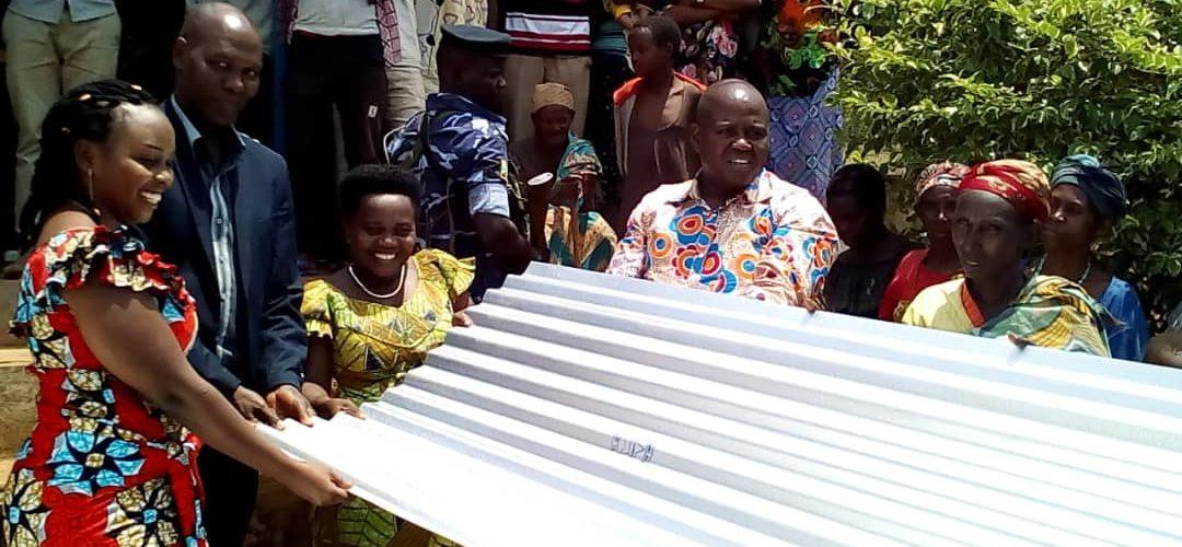 Don de 200 tôles à 15 familles de KIRUNDO / BURUNDI
