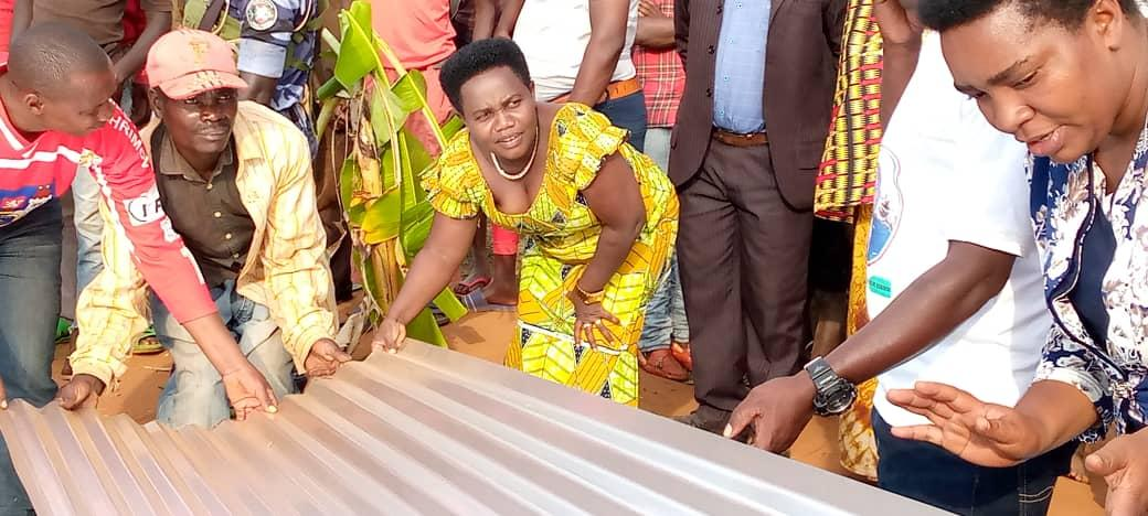 Aide en tôles octroyée à 21 familles de RUGANIGWA, MUYINGA / BURUNDI