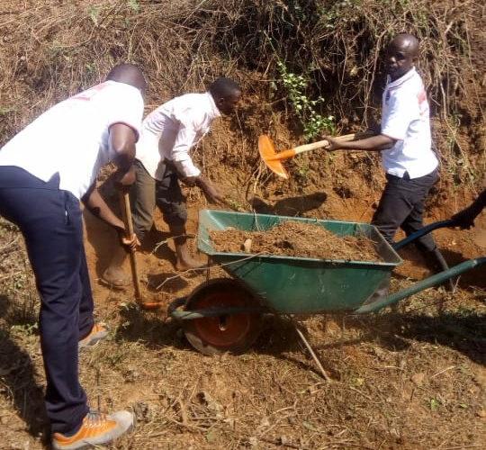 TRAVAUX DE DÉVELOPPEMENT COMMUNAUTAIRE – Le CNDD-FDD RUYIGI déblaye une route de KIRASIRA, à BUTEZI / BURUNDI