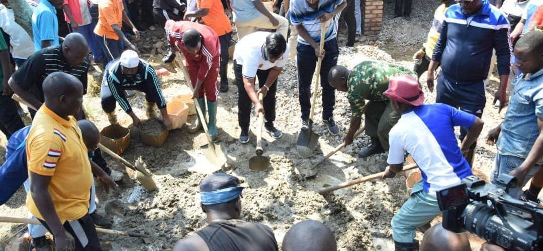 TRAVAUX DE DÉVELOPPEMENT COMMUNAUTAIRE – Paver les classes de l'ECOFO de NYABIBUYE, KARUSI / BURUNDI