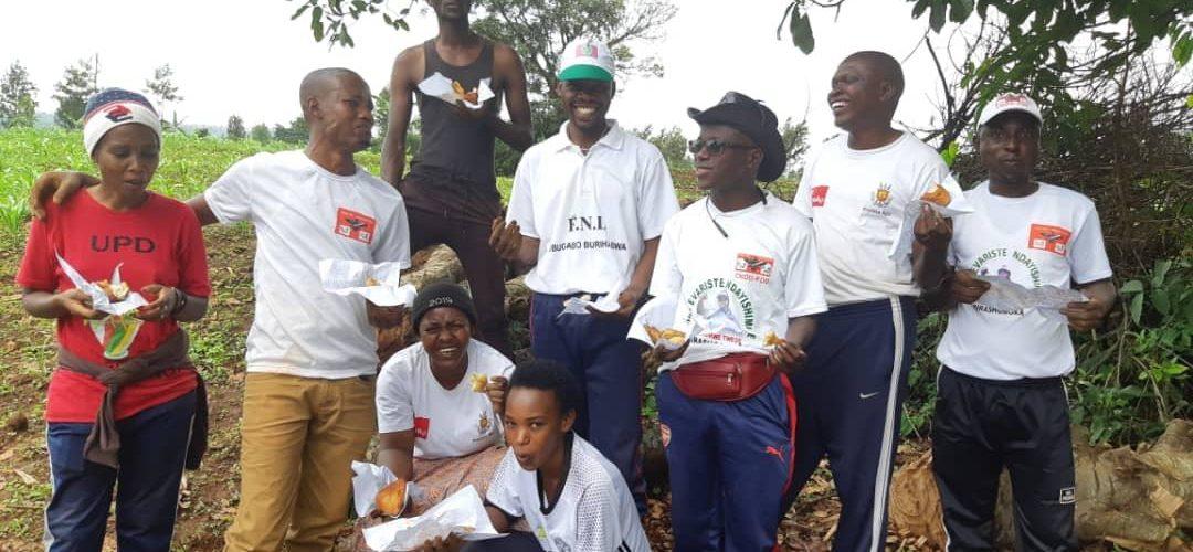 BURUNDI : Les membres de  la coopérative CJUDI réunis dans un champs à NGOZI