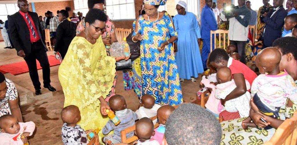 FONDATION UMUGIRANEZA – La Première Dame visite un orphelinat à KARUSI / BURUNDI