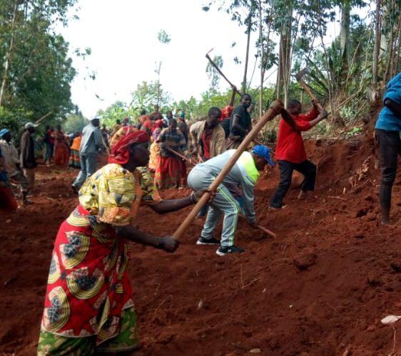 TRAVAUX DE DEVELOPPEMENT COMMUNAUTAIRE – Construction d'une route menant vers la colline KINGA, KAYANZA / BURUNDI