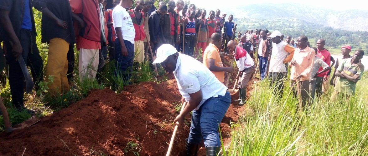 BURUNDI : Travaux de Développement Communautaire – Tracer des courbes de niveaux à NTEGA, KIRUNDO