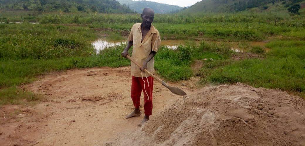 BURUNDI : MIBURO, exploitant, vendeur de sable à MWUMBA, NGOZI
