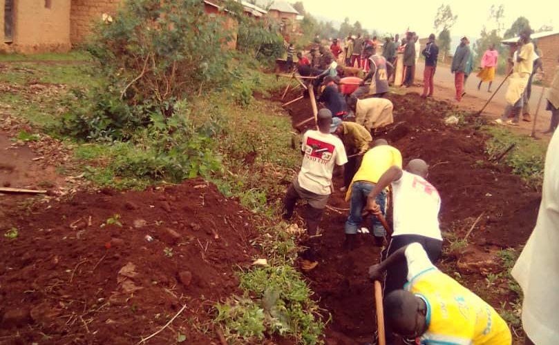 BURUNDI : TRAVAUX DE DEVELOPPEMENT COMMUNAUTAIRE – Les IMBONERAKURE de MUSONGATI déblayent une route à RUTANA