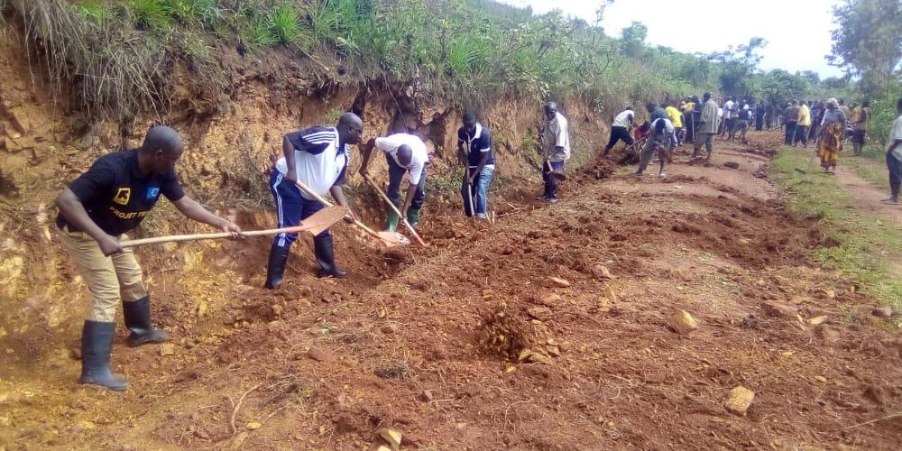 BURUNDI : TRAVAUX DE DÉVELOPPEMENT COMMUNAUTAIRE – Curage des caniveaux sur la route BUTEZI- RUYIGI