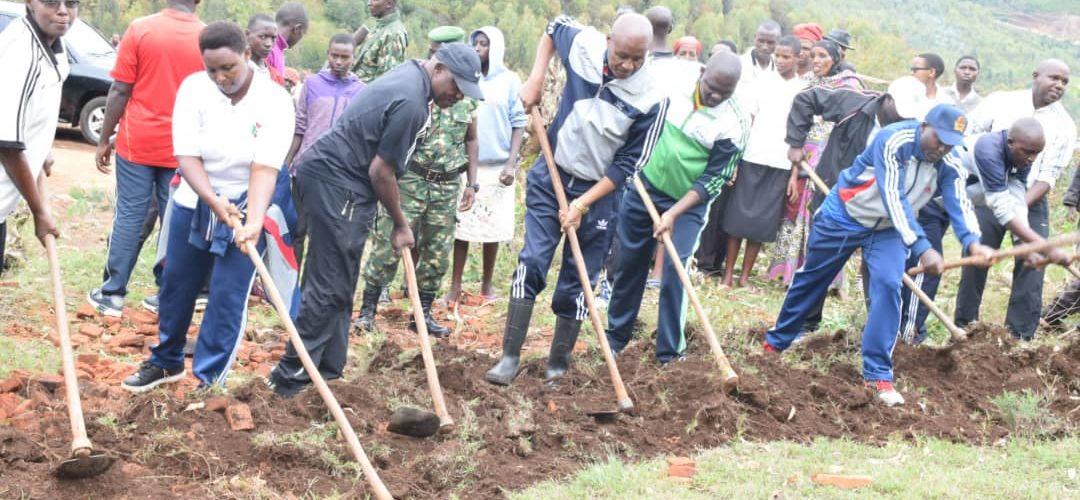 BURUNDI : TRAVAUX DE DÉVELOPPEMENT COMMUNAUTAIRE – Préparer le terrain où sera construite une école à KIZI / MWARO