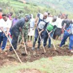 BURUNDI : TRAVAUX DE DÉVELOPPEMENT COMMUNAUTAIRE - Préparer le terrain où sera construite une école à KIZI / MWARO