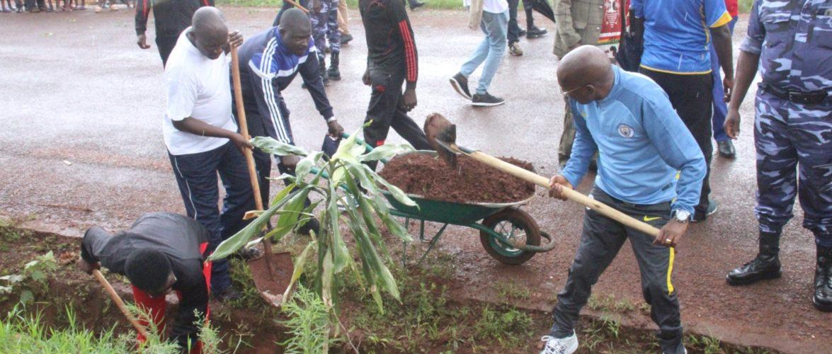 BURUNDI : TRAVAUX DE DEVELOPPEMENT COMMUNAUTAIRE – Curer les caniveaux au centre- ville de KARUSI