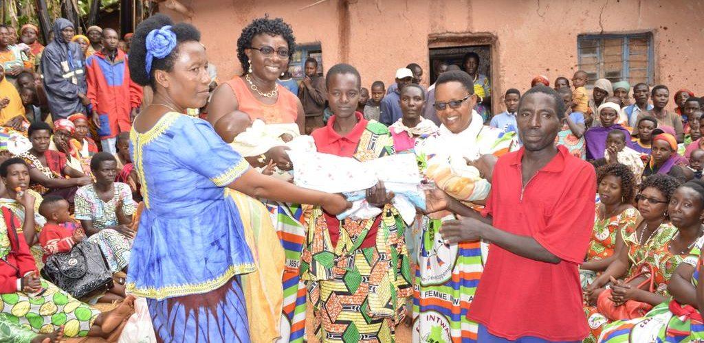 BURUNDI : FEMMES INTWARI visitent une famille à TRIPLÉS à GASAGARA / GITEGA